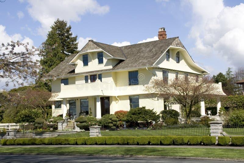 Belle maison avec des conceptions de traditinal photos stock