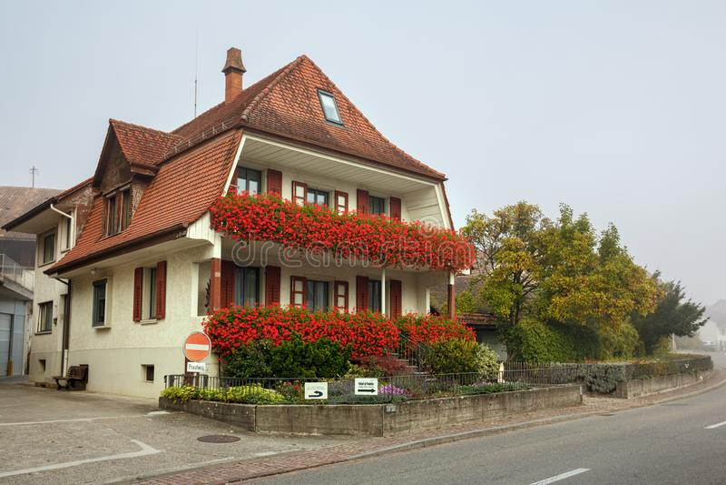 Belle maison avec des fleurs un jour brumeux d'automne Ville de Villigen, secteur de Brugg, canton d'Argovie, Suisse image libre de droits