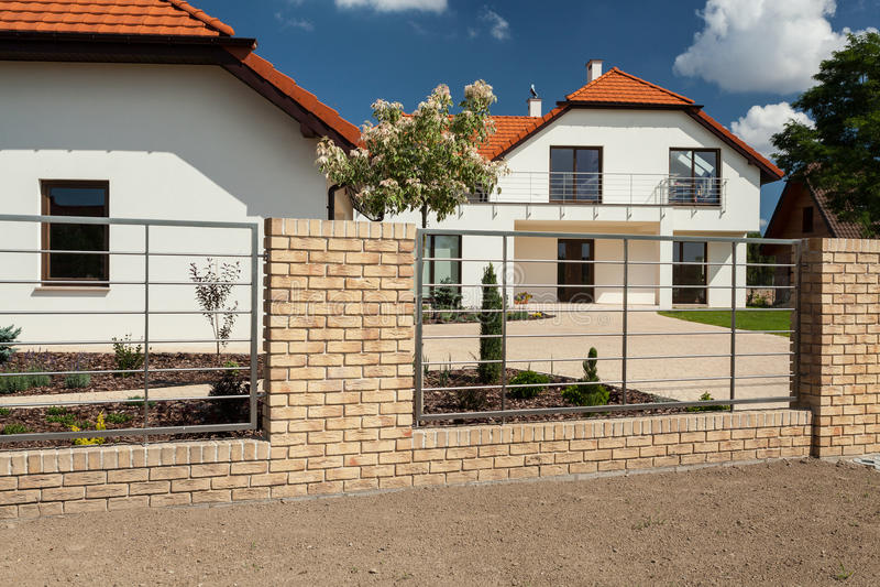 Download belle maison avec la barrière moderne image stock image du extérieur lumineux