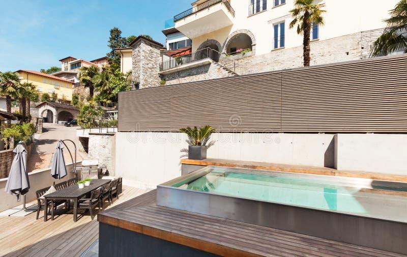 Belle maison avec la piscine image stock