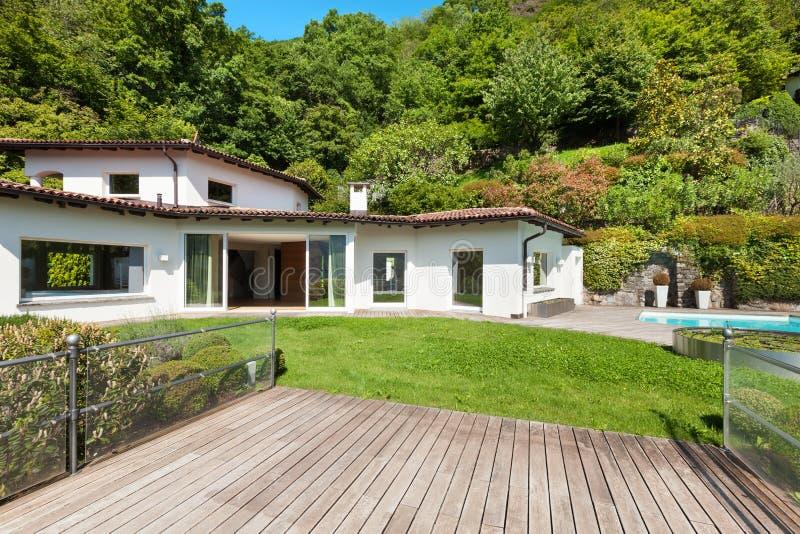 Belle maison blanche avec le jardin photo stock image 55459496 - Maison jardin tassin le havre ...