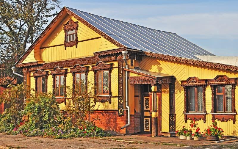 belle maison de campagne en bois image stock image du ext rieur maison 18387145. Black Bedroom Furniture Sets. Home Design Ideas