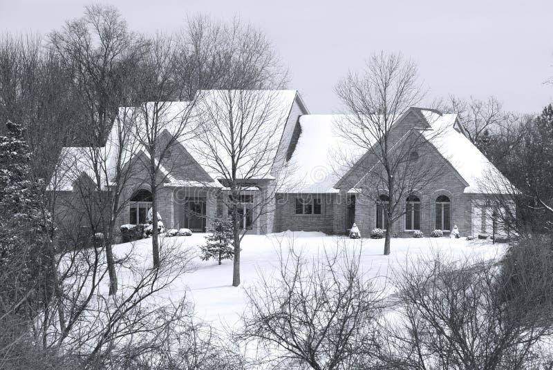Belle maison de l'hiver dans une configuration reculée de pays photographie stock