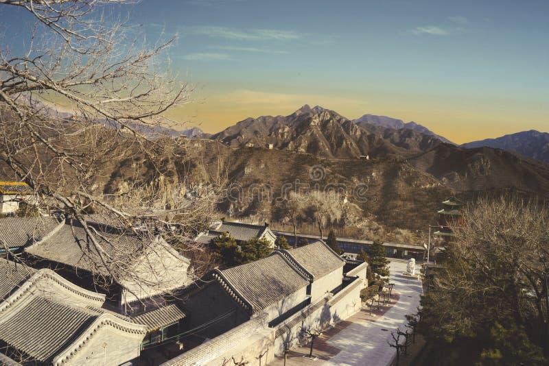Belle maison de village avec la Grande Muraille de la Chine image libre de droits