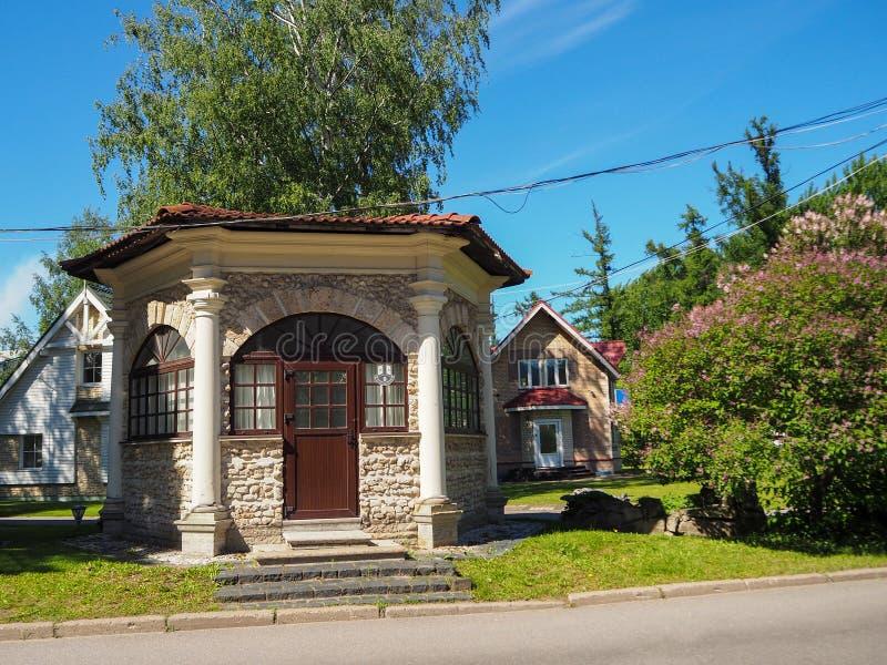 Belle maison en pierre sur le territoire du complexe d'exposition de Lenexpo à St Petersburg, Russie photo stock