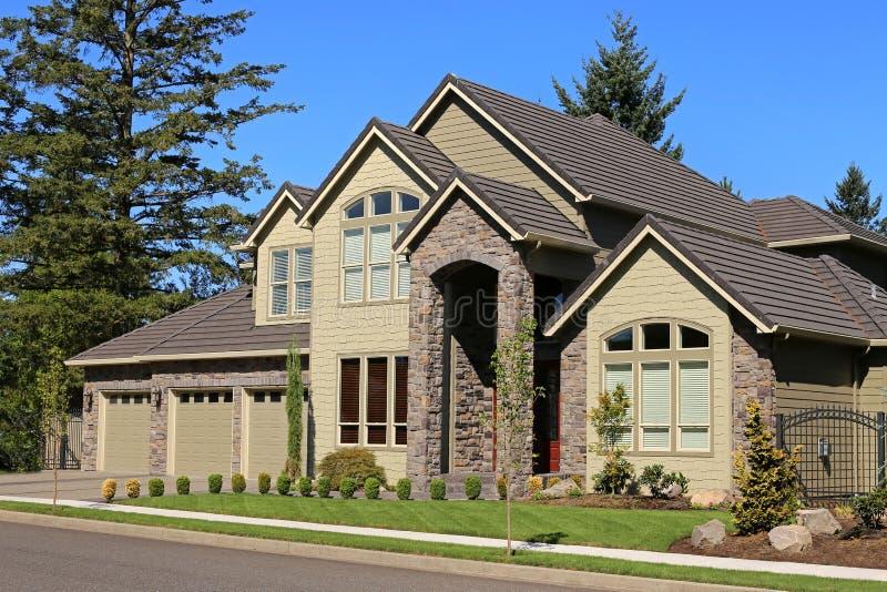 belle maison familiale photo stock image 58227449. Black Bedroom Furniture Sets. Home Design Ideas