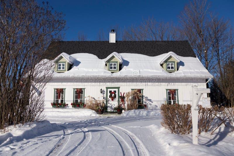 Belle maison héréditaire de style français blanche avec les fenêtres équilibrées vertes et porte avec des décorations de Noël images libres de droits