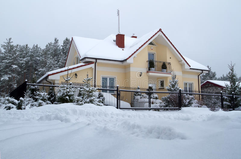 Belle Maison Hivernale Images stock