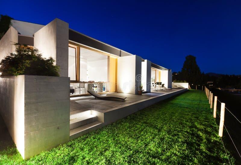 Belle maison moderne en ciment image libre de droits