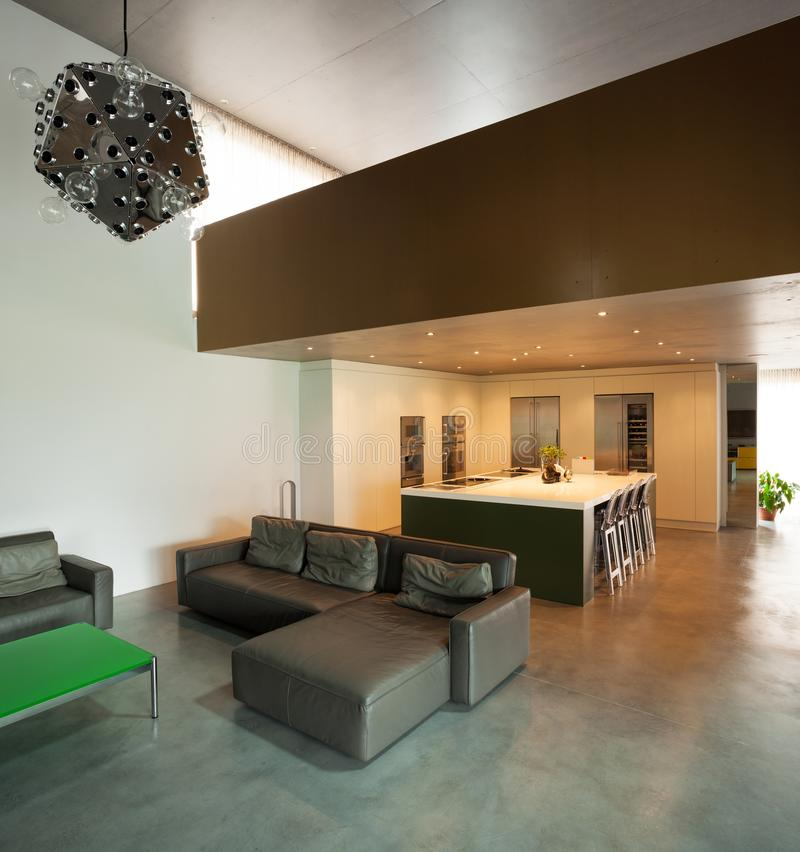 belle maison moderne en ciment, intérieurs photo libre de droits