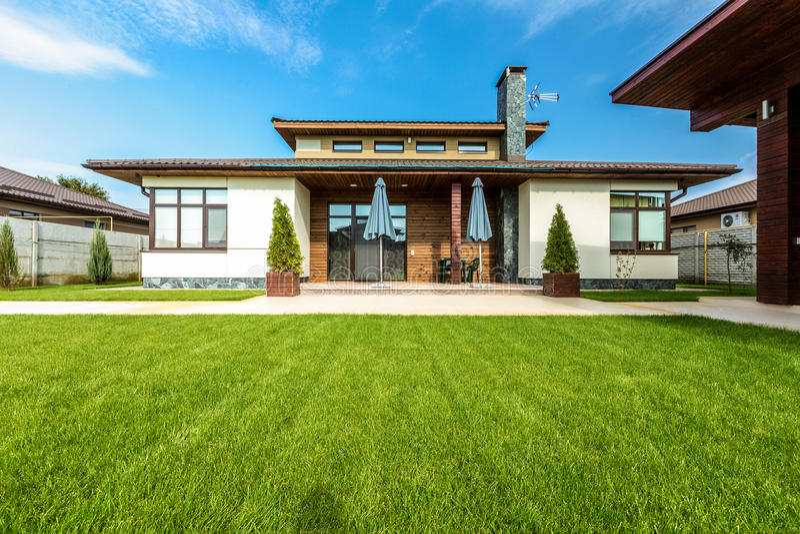 Belle maison moderne en ciment, vue du jardin photo stock