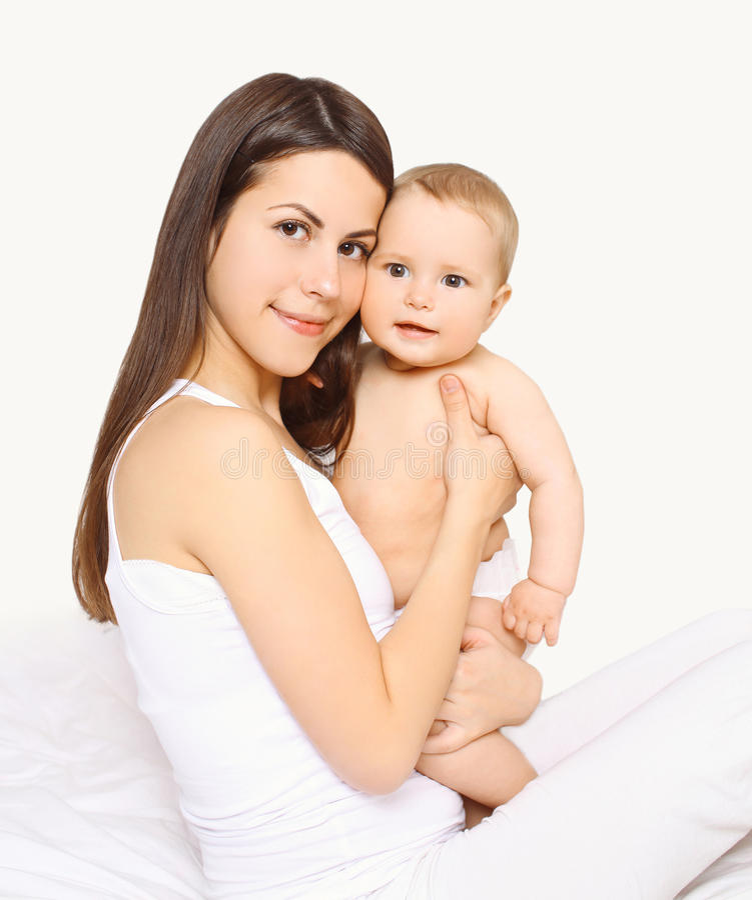 Belle maman affectueuse de portrait et bébé mignon sur des mains photo stock
