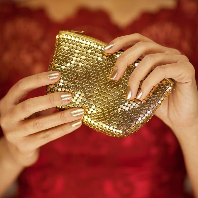Belle mani della donna con la borsa o il portafoglio perfetta di bellezza della tenuta dello smalto fotografie stock libere da diritti