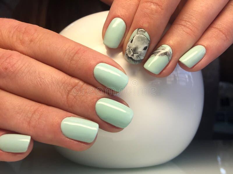 belle mani femminili con il manicure del turchese e la progettazione alla moda fotografie stock libere da diritti