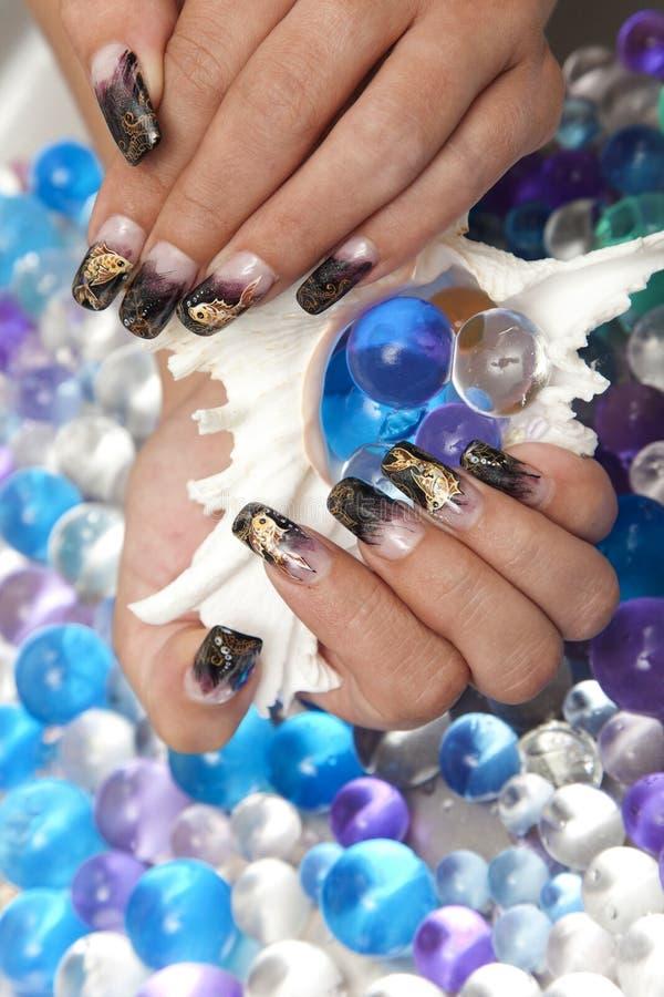 Belle mani femminili con il manicure di arte dell'unghia immagine stock libera da diritti