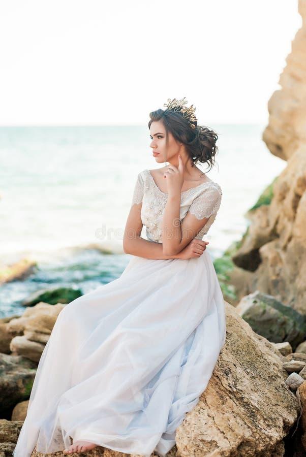 Belle mariée à l'extérieur La coiffure de mariage et composent photos stock