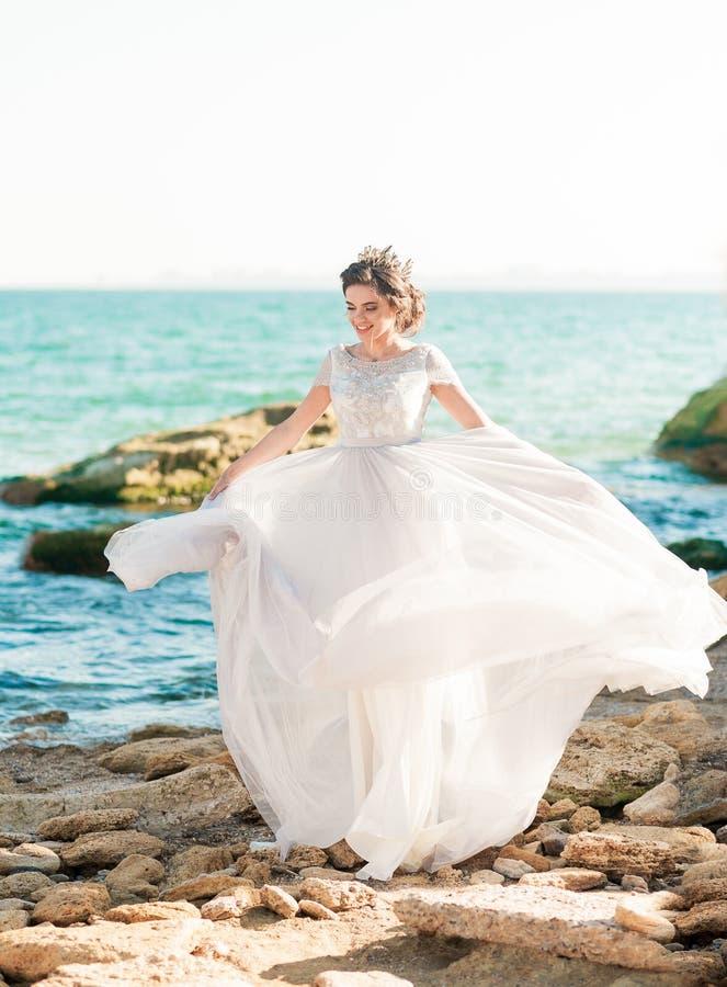 Belle mariée à l'extérieur La coiffure de mariage et composent dehors photographie stock libre de droits