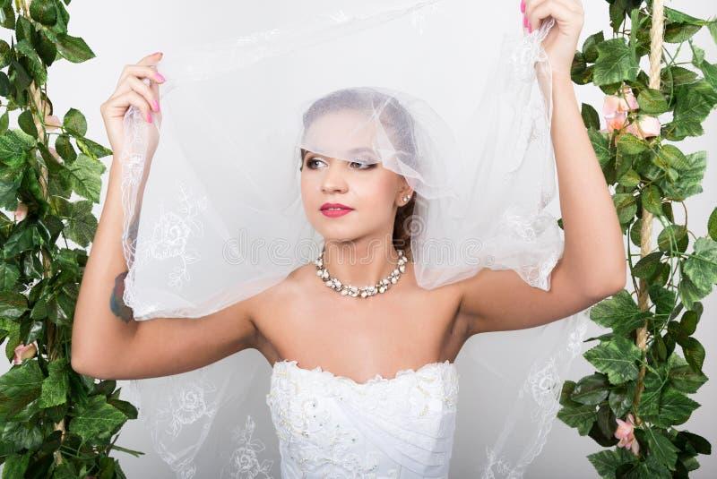 Belle mariée avec la coiffure de mariage de mode Portrait en gros plan de jeune jeune mariée magnifique Le mariage, le visage de  photo libre de droits