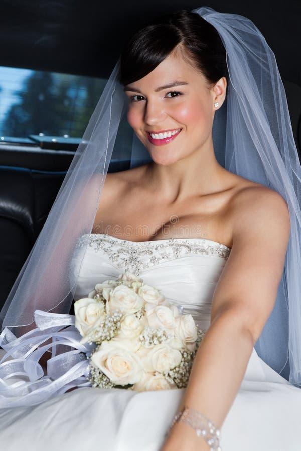 Belle mariée dans la limousine photo libre de droits