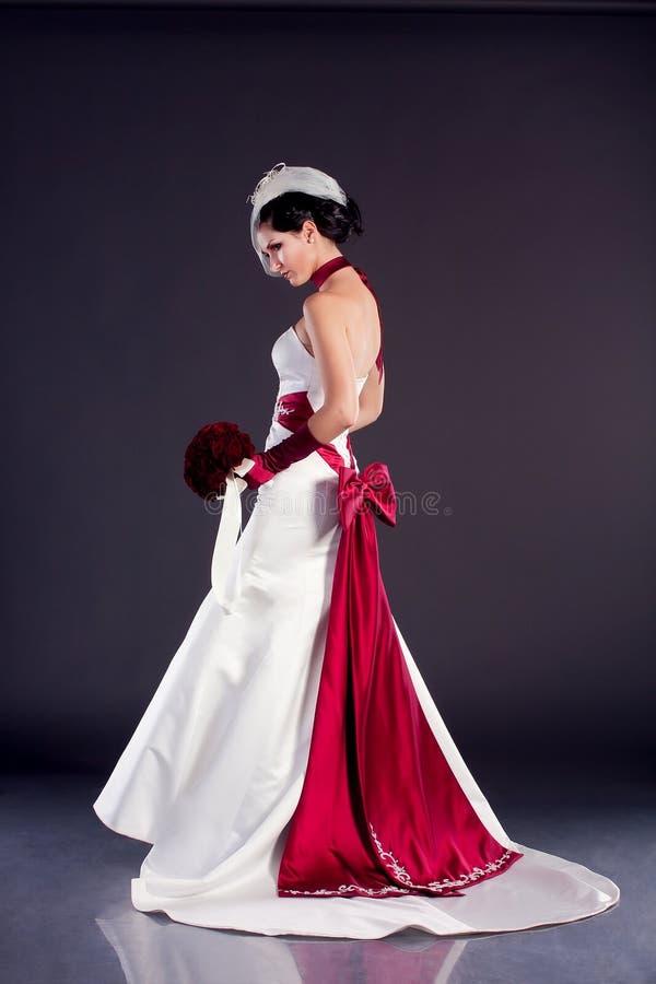 Belle mariée dans la robe de mariage photos stock