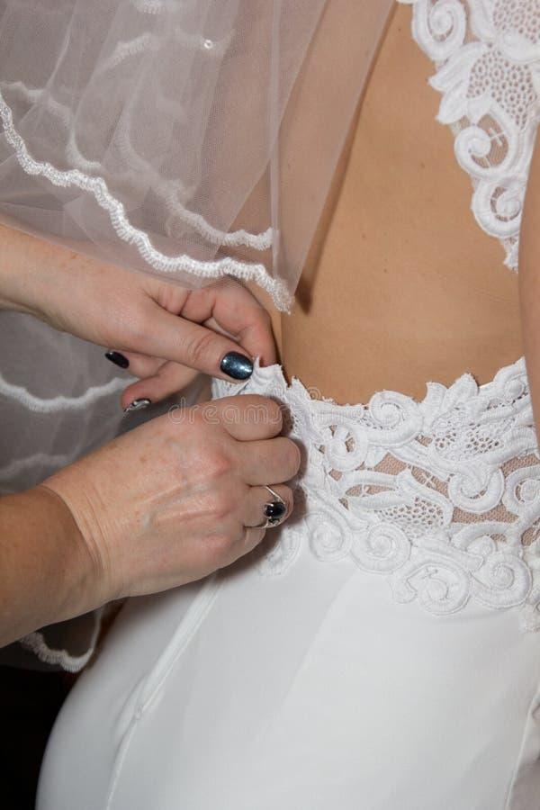 Belle mariée dans une robe blanche images stock