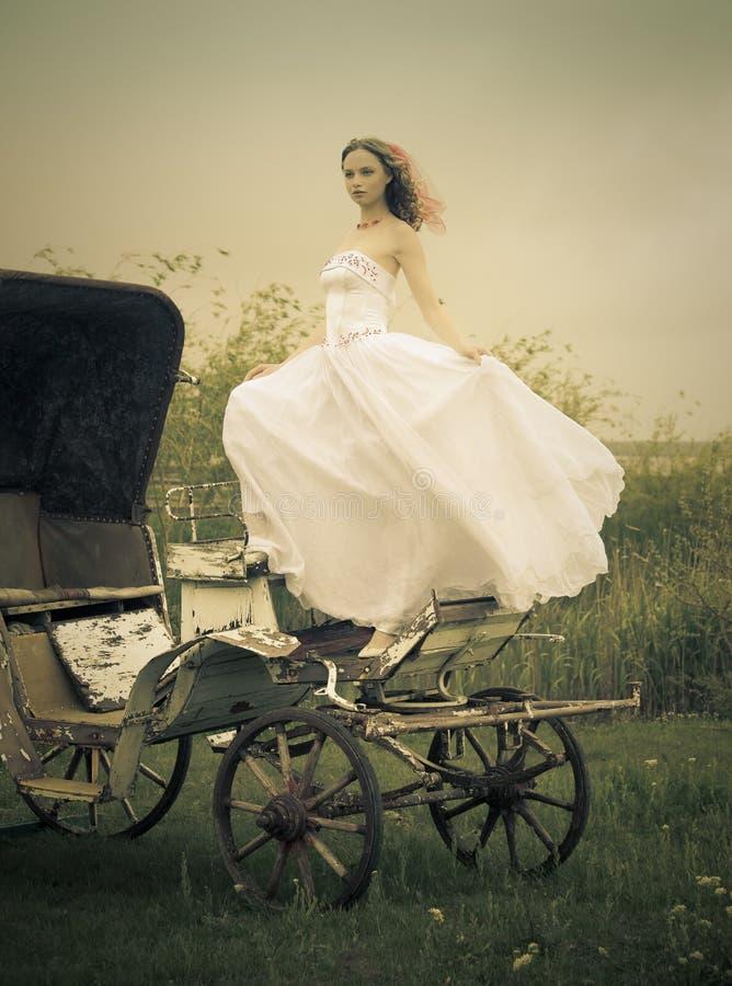 Belle mariée et vieux chariot/rétro type photos stock