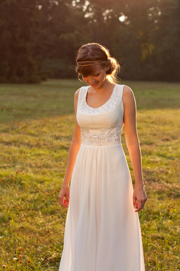 Belle mariée riante dans la nature ensoleillée photographie stock libre de droits