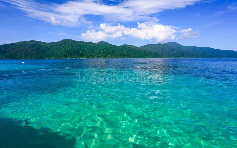 Belle mer à l'île tropicale photo stock