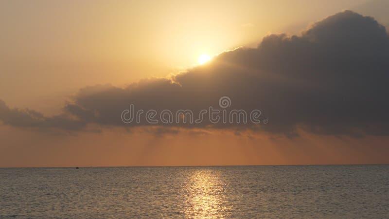Belle mer calme pendant le matin image stock