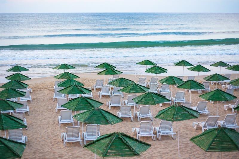 Belle mer chic - plage, parapluies, été Nessebar, Bulgarie photographie stock libre de droits