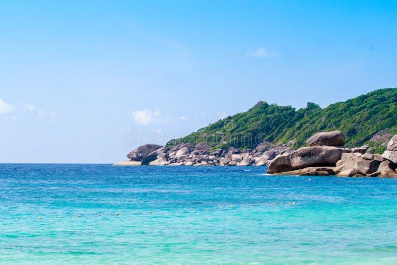 Belle mer clair comme de l'eau de roche à l'île tropicale, île de Similan, mer d'Andaman, Thaïlande photo stock
