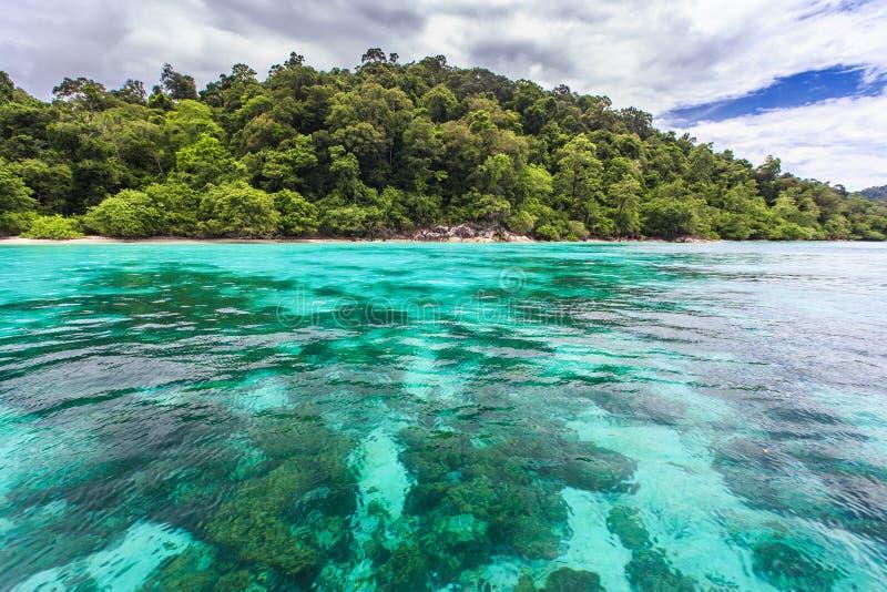 Belle mer clair comme de l'eau de roche à l'île tropicale image stock