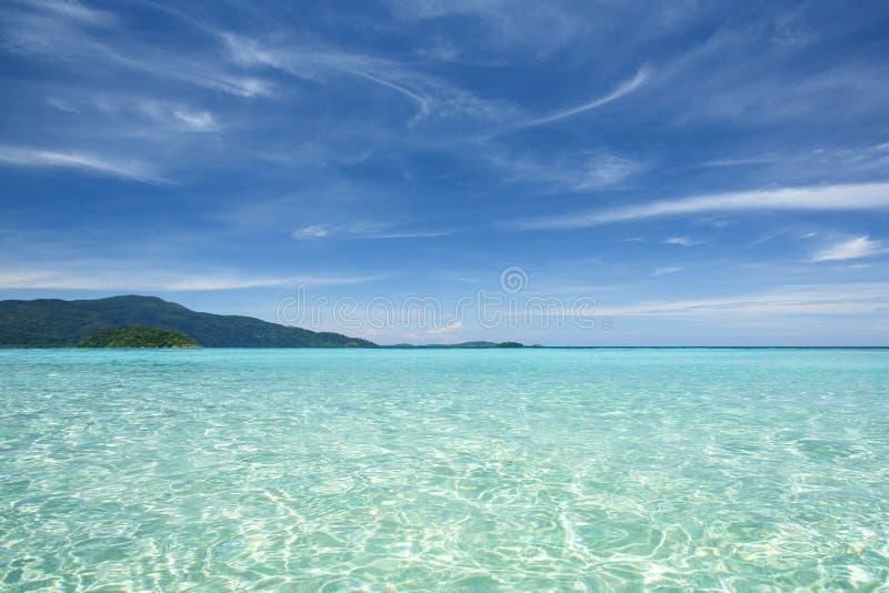 Belle mer clair comme de l'eau de roche à l'île tropicale images stock