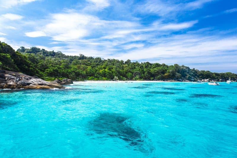 Belle mer clair comme de l'eau de roche à l'île tropicale images libres de droits