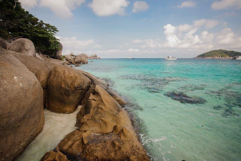 Belle mer clair comme de l'eau de roche à l'île tropicale de Similan, Thaïlande images libres de droits