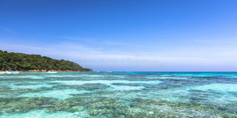 Belle mer clair comme de l'eau de roche tropicale, merci île de Chai photographie stock