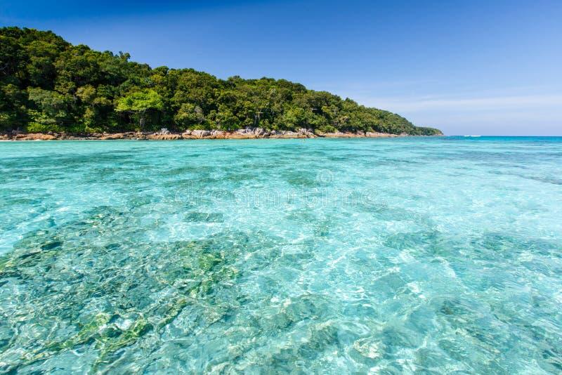 Belle mer clair comme de l'eau de roche tropicale, merci île de Chai photos libres de droits