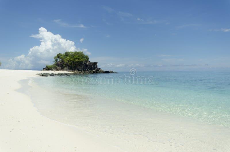 Belle mer en cristal d'Andaman au rivage photos libres de droits