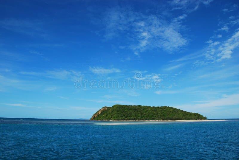 Belle mer et île tropicale avec de l'eau clair comme de l'eau de roche photos libres de droits