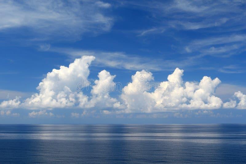 Belle mer, nuages et ciel bleu images libres de droits