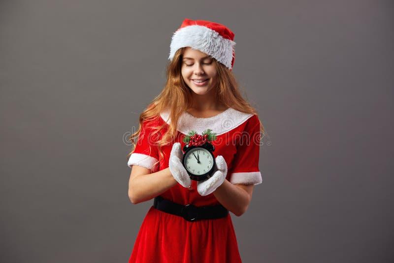 Belle Mme Santa avec des présents de Chrismas Santa Claus s'est habillée dans la robe longue rouge, le chapeau de Santa et les ga photographie stock libre de droits