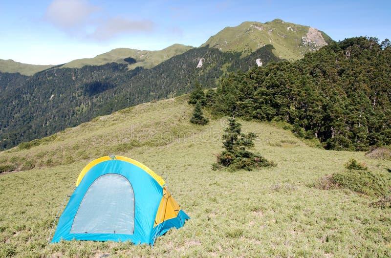 Belle montagna e tenda immagini stock