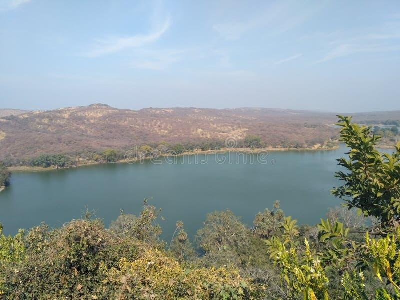 Belle montagne à travers la rivière photographie stock libre de droits