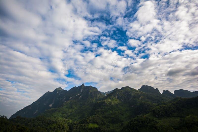 Belle montagne avec le ciel bleu et les nuages photographie stock libre de droits