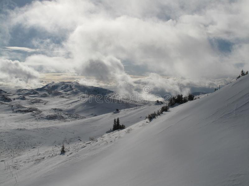 Belle montagne avec les nuages et la grande neige image stock