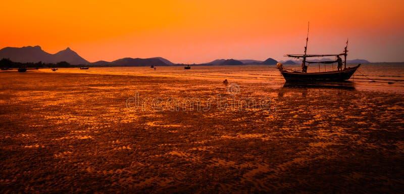 Belle montagne de plage de mer de paysage de paysage marin avec la photographie de silhouette de bateau au backgroun de nature de images libres de droits