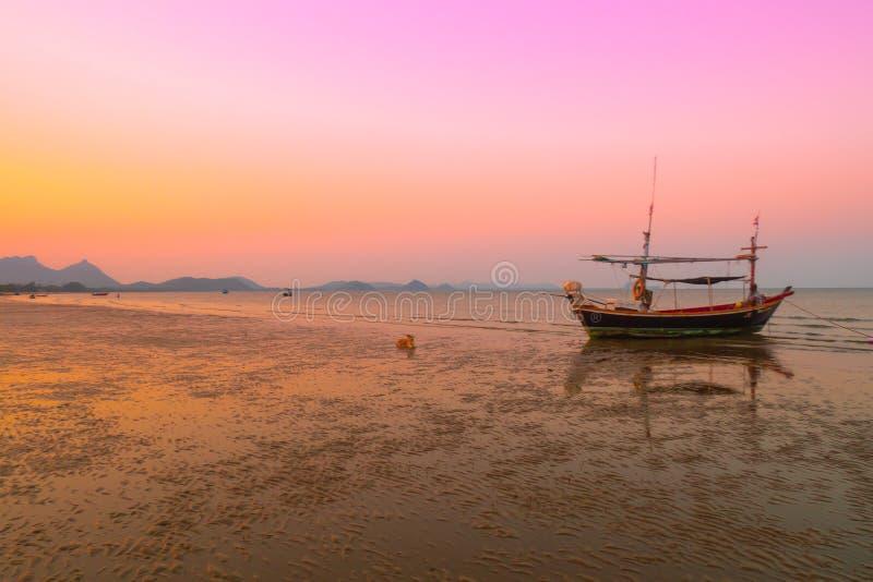 Belle montagne de plage de mer de paysage de paysage marin avec la photographie de silhouette de bateau photo stock