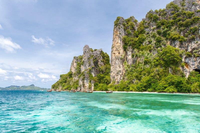 Belle montagne de roches et mer clair comme de l'eau de roche chez Krabi image stock