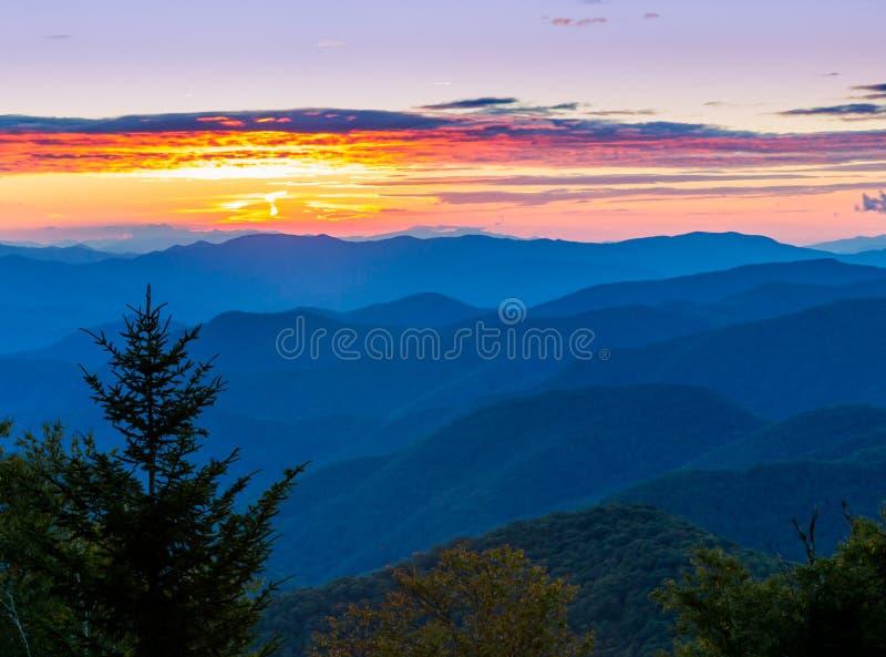Belle montagne di cresta blu al tramonto in primavera fotografia stock