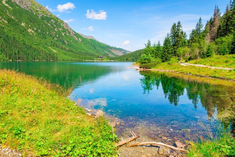 Belle montagne di Tatras ed il lago famoso Morskie della montagna fotografia stock